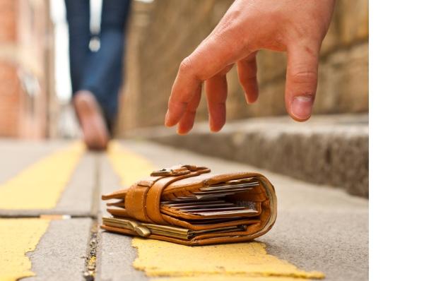 нашел кошелек с деньгами на дороге