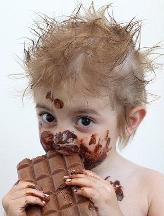 ребёнок с шоколадом