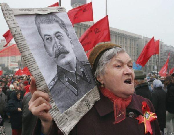 сталинистка на демонстрации с портретом Сталина фанатка патриотка