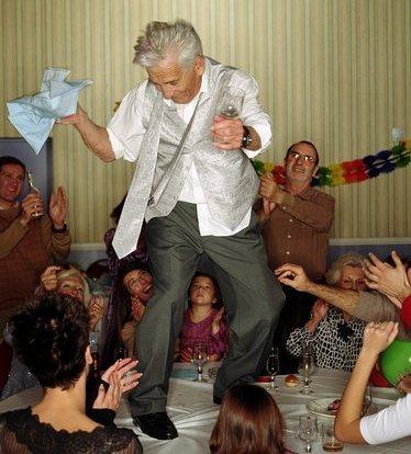 пьяный танцует